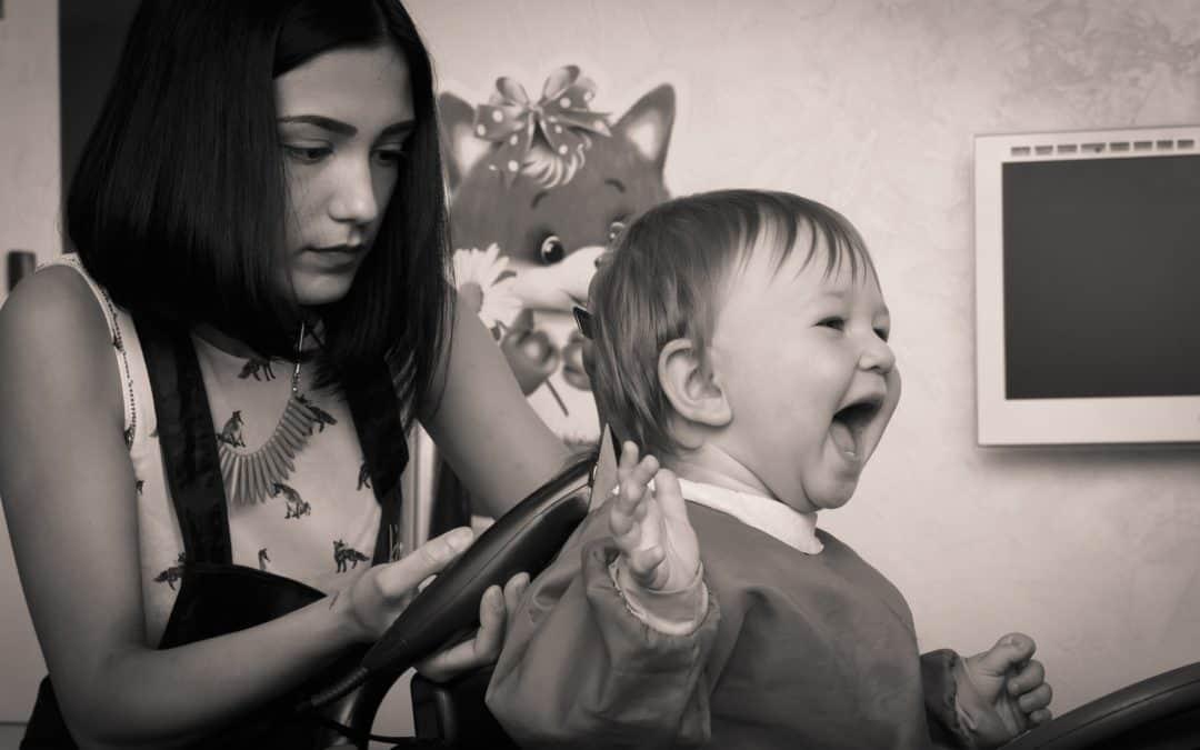 peluquera cortando el pelo a un niño en los centros infantiles baleares en Valencia