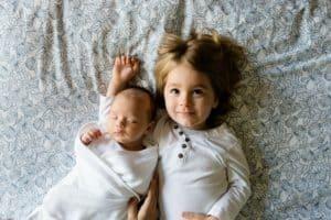 dos hermanos alumnos de centros infantiles en Valencia, en la cama