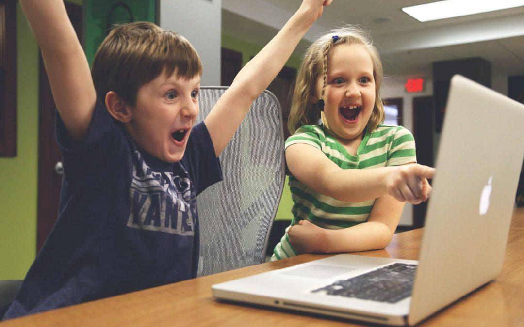 Los niños y los dispositivos móviles en centros infantiles.